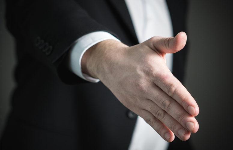 Der Interessent gibt Ihnen zum Vertragsabschluss und Verkauf Ihrer Immobilie die Hand