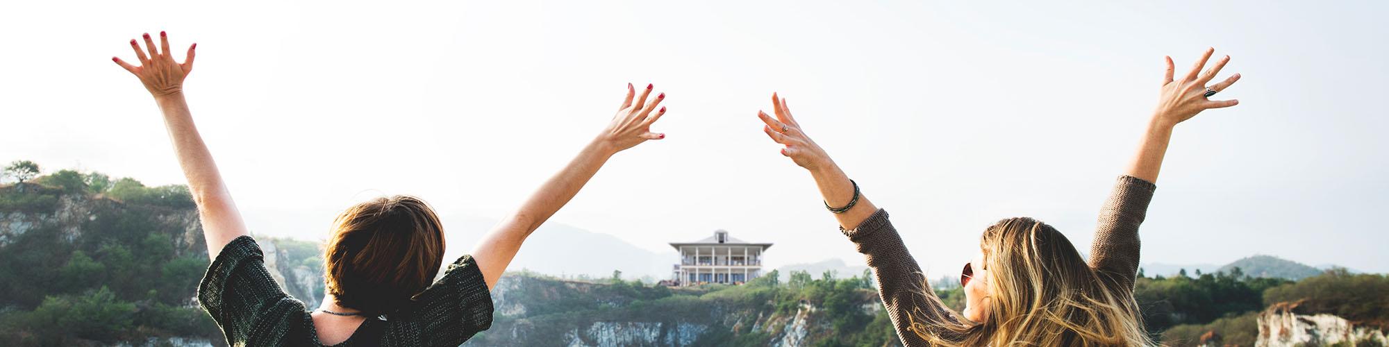 Zwei Frauen und Ihr Traumhaus von Weidenbach Immobilien