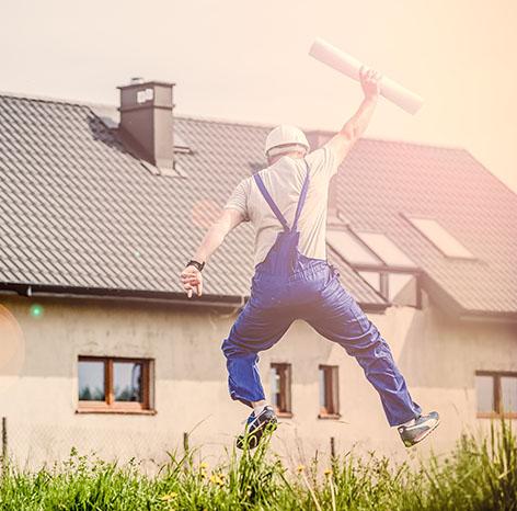 Der Bauarbeiter freut sich über das erfolgreich vermarktete Bauprojekt durch Weidenbach Immobilien
