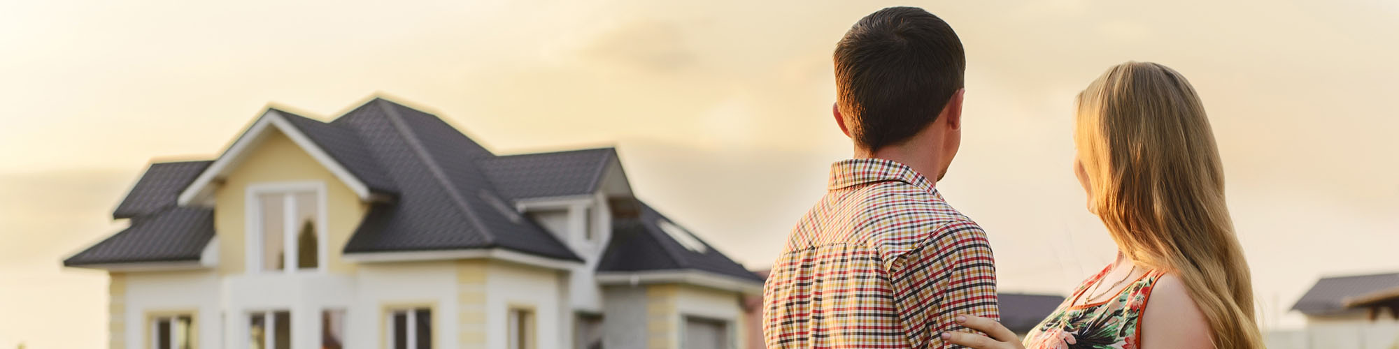 Junges Pärchen besichtet eine Immobilie